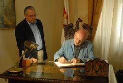 Juan Eslava y Mario Casas firman en el libro de honor de la ciudad